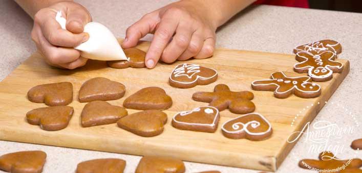 Zencefilli kurabiye tarifi, nasıl yapılır? Zencefilli kurabiye, zencefil ve tarçının mükemmel aroması ve pekmezin doğal lezzeti ile harika bir kurabiye tarifi. Zencefilli Tarçınlı Yeni Yıl Kurabiyesi nasıl yapılır ? Zencefilli Kurabiye tarifi, zencefilli tarçınlı pekmezli kurabiye, ev yapımı Zencefilli Kurabiye,Zencefilli Yılbaşı Kurabiyesi - Gingerbread Man Tarifi,Tarçınlı Zencefilli Kurabiye resimli tarifi / ne pişirsem?,Zencefil ve Tarçınlı Kurabiye tarifi, nasıl yapılır, yapılışı. zencefilli kurabiye oktay usta zencefilli kurabiye portakal ağacı taze zencefilli kurabiye zencefilli kurabiye adam zencefilli kurabiye arda zencefilli kurabiye nefis yemek tarifleri zencefilli tarçınlı pekmezli kurabiye zencefilli kurabiye Arda'nın mutfağı. Zencefilli Tarçınlı Yeni Yıl Kurabiyesi Tarifi. Zencefilli Tarçınlı Yeni Yıl Kurabiyesi Tarifi,tarçınlı yılbaşı kurabiyesi tarifleri,Tarçınlı Zencefilli Yeni Yıl Kurabiyesi Tarifi ,Tarçınlı Zencefilli Yeni Yıl Kurabiyesi Malzemeleri,Zencefilli ve Tarçınlı Yılbaşı Kurabiyesi Tarifi,Tarçınlı Yılbaşı Kurabiyesi (Gingerbread Man tarifi, Zencefilli tarçınlı yeni yıl kurabiyeleri,Zencefilli, tarçınlı yeni yıl kurabiyeleri ,Zencefilli tarçınlı rengarenk yeni yıl kurabiyeleri, dekorlu kurabiyeler, süslemeli,ZENCEFİLLİ, TARÇINLI YENİ YIL KURABİYELERİ,Tarçınlı kurabiye , Kurabiye Tarifleri,Tarçınlı kurabiye tarifi mi aramıştınız,Yılbaşı Kurabiyesi, Mutfaklar tarçın ve zencefil kokusu,tarçınlı zencefilli kurabiye ikea, yılbaşı kurabiyesi tarifi, yeni yıl kurabiyesi tarifi, zencefilli tarçınlı kurabiye tarifi, zencefilli tarçınlı kurabiye oktay usta, yılbaşına özel kurabiye tarifleri, yılbaşı kurabiyesi dr oetker, yılbaşı kurabiyesi tarifi oktay usta,Tarçın kokulu kurabiyeler,Gingerbread Man – Zencefilli Yılbaşı Kurabiyesi,Zencefilli Tarçınlı Çıtır Kurabiye,Zencefilli Kurabiye – Arda'nın Mutfağı,Zencefilli Kurabiye Malzemeleri,Yılbaşında zencefilli kurabiye adam,Butik Tarifler: Zencefilli Yılbaşı Kurabiyesi Tarifi,Butik Tarifler: Zencefilli Yı