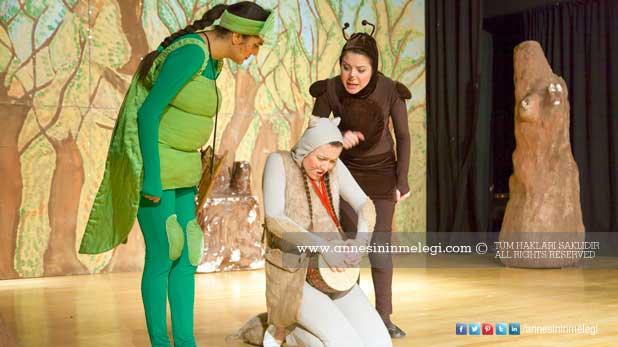 """Bosch Çevre Çocuk Tiyatrosu, sezonun son temsilleri için Ankaralı miniklerle buluşuyor Çevre bilinci ve doğa sevgisi aşılayan """"La Fonten Orman Mahkemesinde"""" oyunu, sezonun son durağı olan Ankara'da minik tiyatroseverlerle buluşmaya devam ediyor."""