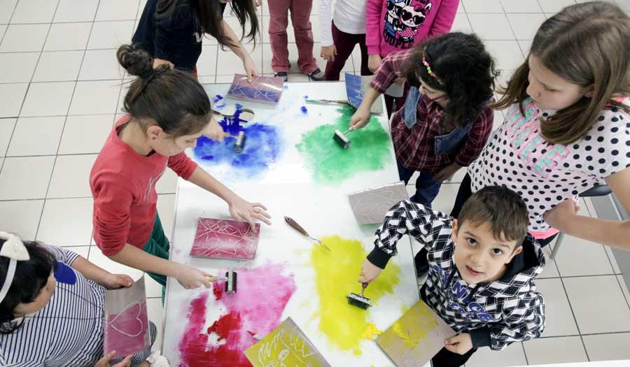 Akbank Sanat 23 Nisan Etkinlikleri çocuklarımızı bekliyor Akbank Sanat, 23 Nisan Ulusal Egemenlik Haftası ve Çocuk Bayramı kapsamında 21-22 Nisan tarihlerinde düzenleyeceği yaratıcı atölye çalışmaları ile çocukları sanatın büyülü dünyasıyla buluşturuyor.