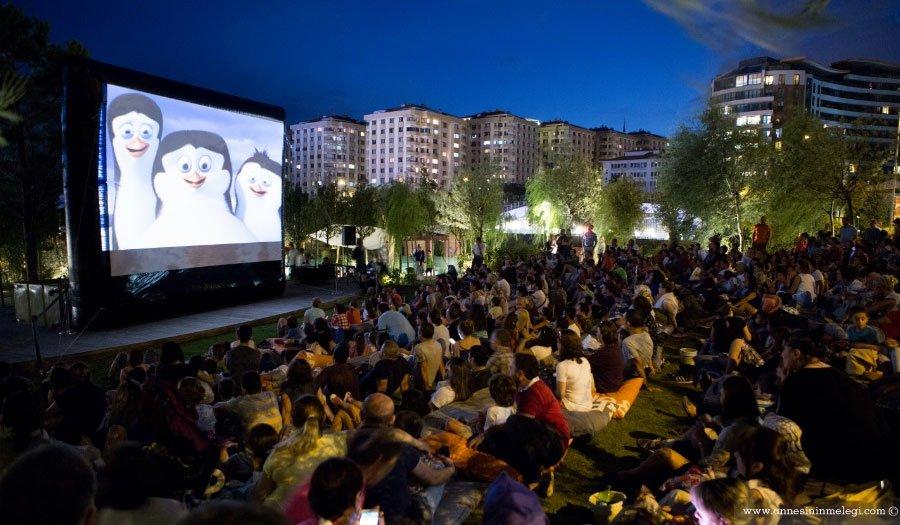 """Akasya Park AVM, açık havada gerçekleştirdiği """"Sinema Geceleri"""" ile sinemaseverlerin keyifli bir yaz geçirmesi için ücretsiz film gösterimleridüzenliyor. Aksiyondan komediye, animasyondan fantastik sinemaya geniş bir yelpaze sunan program kapsamında, gişede başarı sağlamış yerli ve yabancı yapımlar ücretsiz olarak gösterime giriyor. Akasya Park AVM,sinema geceleri,ücretsiz film gösterimleri, Star Wars: Güç Uyanıyor (Yıldız Savaşları 7), ücretsiz etkinlikler,Kung Fu Panda 3,Kocan Kadar Konuş: Diriliş,Batman v. Superman: Adaletin Şafağı,Nadide Hayat,Minyonlar,X-Men: Apocalypse, ücretsiz aile etkinlikleri, ücretsiz sinema, ücretsiz haftasonu etkinlikleri, anne çocuk etkinlikleri, istanbul etkinlikleri,"""