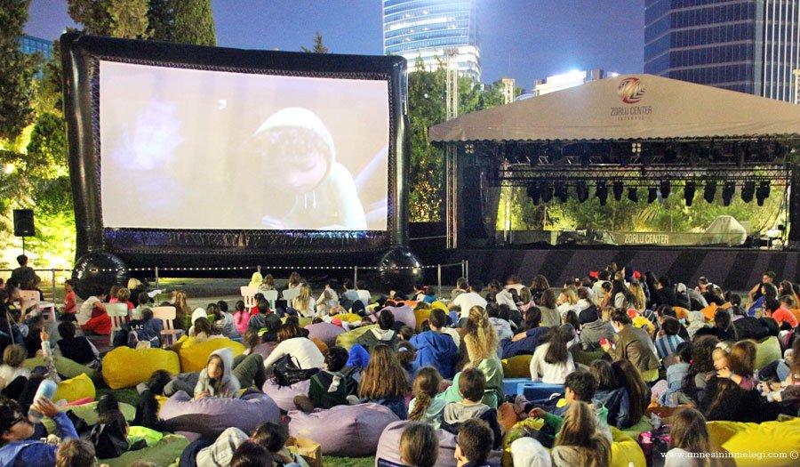 Zorlu AVM'nin ücretsiz Açık Hava Sinema Keyfi Tadım Lezzetleri ile Devam Ediyor. Herkes davetli!açık hava sineması ,İftarlık Gazoz,Karlar Kralı Norm,Kaptan Amerika Kahramanların Savaşı,İyi Bir Dinozor,Star Wars Güç Uyanıyor,Alice Harikalar Diyarı,Komedi, animasyon, aksiyon,ücretsiz halka açık,ücretsiz sinema,ücretsiz film gösterimi,zorlu avm,Zorlu Center Meydan Katı Park,film gösterimi,ücretsiz aile etkinlikleri, ücretsiz sinema, ücretsiz haftasonu etkinlikleri, anne çocuk etkinlikleri, istanbul etkinlikleri,