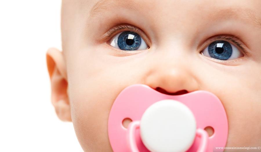 Bebeklerde ve Çocuklarda Emzik Kullanımı. Amerikan Pediatri Akademisi, bebeğiniz anne memesini emmeyi iyi kavrayana ve sütünüz yeterli oluncaya dek emzik konusunda beklemenizi tavsiye ediyor. Eğer bebeğinize anne sütü veriyorsanız, uzmanlar emzik vermek için bebeğinizin 1 aylık olmasını beklemenizi öneriyor.emzik ne zaman verilmeli bebeklerde emzik kullanımı yenidoğan emzik kullanımı bebeklere emzik ne zaman verilmeli yenidoğana emzik ne zaman verilmeli emzik zararlı mı bebeği emziğe nasıl alıştırabilirim bebek emziğe nasıl alıştırılır emzik ne zaman verilmeli, bebeklerde emzik kullanımı, yenidoğan emzik kullanımı, bebeklere emzik ne zaman verilmeli,bebeklerde ve çocuklarda emzik kullanımı,bebeğinize emzik verirken,damaklı emzik,bebeklere emzik vermek doğru mu?,emzik hakkında, yenidoğan bebeklerde emzik kullanmak sakıncalı mıdır,