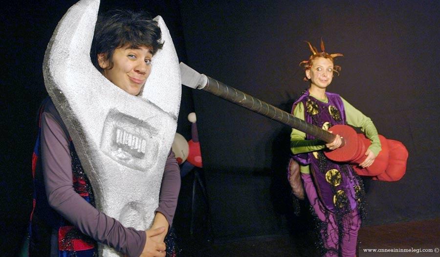 """Trump AVM'de bu hafta sonu çocuklar katılacakları atölyede """"Rüzgar Çanı"""" tasarlayacaklar. 3 Eylül Cumartesi günü 'Her Şey Elimizde', 4 Eylül Pazar günü ise 'Uçmak İstiyorum' adlı tiyatro oyunlarını izleyecekler. Ücretsiz Etkinlikler İstanbul Çocuk Etkinlikleri Haftasonu çocuk etkinlikleri"""