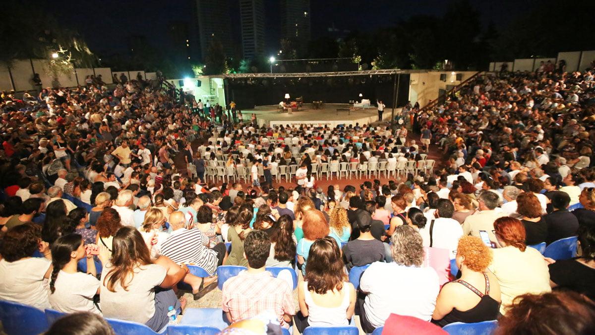 Kadıköy Belediyesi Tiyatro Festivali sürüyor. Bu yıl 14.'sü düzenlenen festivalde sezonun en iyi 14 oyunu, 14 akşam boyunca seyirciyle buluşuyor, ücretsiz etkinlik, ücretsiz tiyatro oyunu, selamiçeşme özgürlük parkı,açık hava tiyatrosu