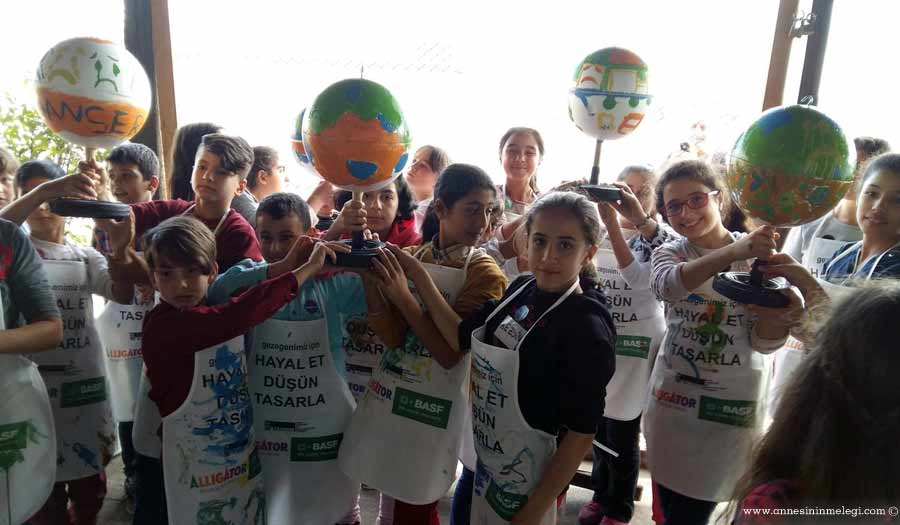 """3. İstanbul Tasarım Bienali'nde BASF ve Alligator Boya'nın desteği ile gerçekleşen ücretsiz atölye çalışmalarında çocuklarımız """"Gezegenimiz İçin…"""" hayal ediyor, düşünüyor ve çiziyor. Çocuk tiyatroları İstanbul anadolu ücretsiz aktiviteler, çoçuk tiyatroları istanbul avrupa yakası, çoçuk tiyatroları istanbul anadolu yakası, ücretsiz çoçuk etkinlikleri, ücretsiz çoçuk tiyatroları istanbul 2016, istanbul ücretsiz etkinlikler 2016,ücretsiz aktiviteler, ücretsiz çoçuk tiyatroları istanbul 2016, çoçuk tiyatroları istanbul anadolu, istanbul ücretsiz etkinlikler 2016, çoçuk tiyatroları istanbul avrupa yakası, çoçuk tiyatroları istanbul anadolu yakası, avm etkinlikleri, Kültür Sanat Etkinlikleri, Konser Tiyatro Sergi Fuar Eğlence Festival Yarışma Gösteri, çocuk tiyatrosu, gösteri, sirk, tema park etkinlikleri,En Güncel Çocuk Etkinlikleri - Tiyatro, Gösteri, Atölye,Çocuk Atölyeleri, çeşitli etkinlikler,Çocuk etkinlik ve mekan önerileri,İstanbul'da çocuklarla gezilecek müzeler, atölye çalışmaları, açık hava aktiviteleri,Çocuk Oyunları,çocuk tiyatroları,ücretsiz etkinlik,istanbul etkinlikleri,çocuk etkinlikleri,çocuk aktiviteleri,haftasonu çocuk etkinliği, haftasonu n yapsak,haftasonu çocuk için,basf,alligator boya,iksv,stanbul Kültür Sanat Vakfı ,3. İstanbul Tasarım Bienali"""