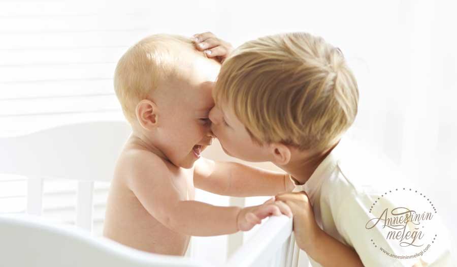 Bebek Çocuk Gelişimi | Bebek Çocuk Eğitimi: Kardeş kıskançlığı ve çatışmalarını önlemek için Anne-Babalara öneriler. Kardeş kıskançlığını ve çatışmalarını önlemenin püf noktaları. kardeş çatışmaları,kardeş kıskançlığı,yeni kardeşi olan çocuğa nasıl davranılmalı, kardeş kıskançlığı adem güneş, kardeş kıskançlığı belirtileri, 4 yaşındaki çocuğun kardeş kıskançlığı, kardeş kıskançlığı sabiha paktuna keskin, kardeş kıskançlığına çözüm, yeni kardeşi olan çocuğun psikolojisi, 2 yaşındaki çocuğun kardeş kıskançlığı. anne,blogcu anne, anne blog,blogcu,bloger anne,anne bebek blog,bebek gelişimi,4 aylık bebek,3 aylık bebek,6 aylık bebek,emzirme,persentil,süt yapan yiyecekler. Persentil hesaplama Bebeklerde uyku eğitimi.