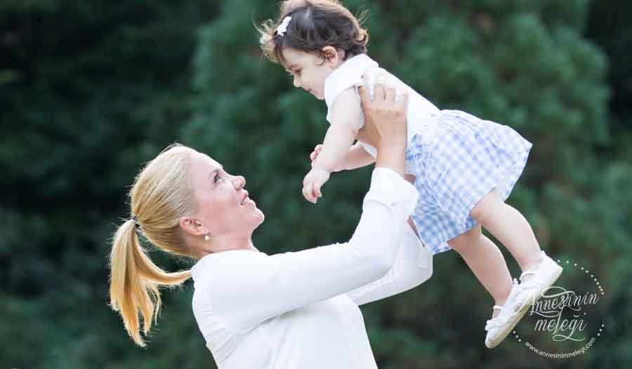 """Anne ile bebek arasındaki bağın ilk aylarda sağlam ve kesintisiz olarak kurulması önemli. annenin ilk aylarda emzik, kundak, sallama, sarmalama ve emzirme metotları ile bebeği sakinleştirdiğini söylüyor ve ekliyor; """"Bebeğin kendini sakinleştirme becerisini geliştirmek doğumdan 4-5 ay sonra odaklanılması gereken bir konu"""". uyku alışkanlığı ,uyku eğitim metotları,Bebek ve Çocuklarda Uyku Düzeni,Akbatı AVYM,Yaşam Akademisi,emzik, kundak, sallama, sarmalama, emzirme metotları ,Uyku metot,Ebeveyn Akademisi."""