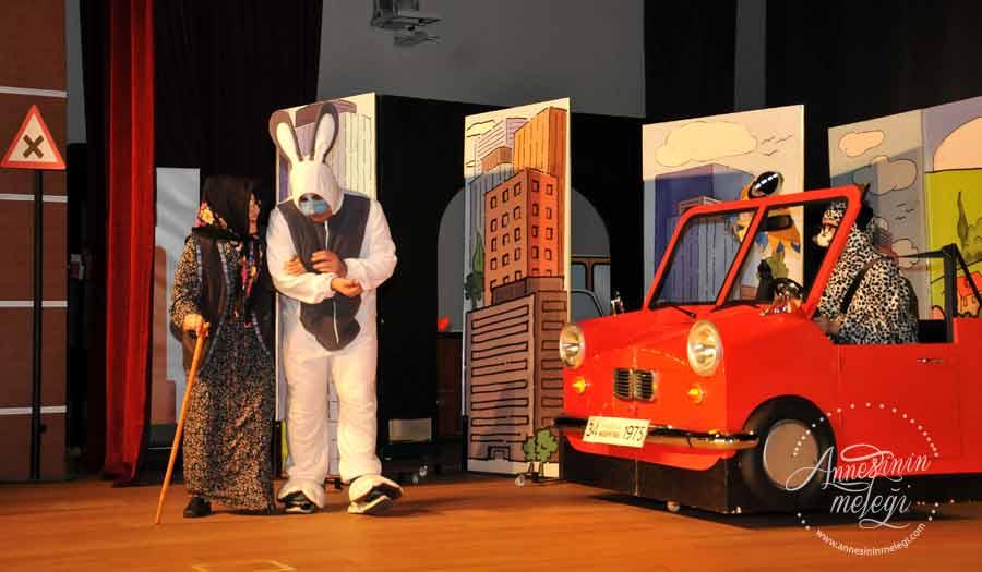 """MAPFRE Vakfı'nın """"Bıdık ile Köpük Trafikte"""" tiyatro oyunu ile çocuklara trafik kurallarını ücretsiz olarak sergilediği tiyatro oyunu ile eğlendirerek öğretiyor. Bıdık ile Köpük Trafikte, Tiyatro Oyunu,Tiyatro Alkış,çocuk tiyatroları istanbul anadolu,ücretsiz aktiviteler,çocuk tiyatroları istanbul avrupa yakası,çocuk tiyatroları istanbul anadolu yakası, ücretsiz çoçuk etkinlikleri,ücretsiz çocuk tiyatroları istanbul 2017,istanbul ücretsiz etkinlikler 2016,ücretsiz aktiviteler,ücretsiz çocuk tiyatroları istanbul 2017,çocuk tiyatroları istanbul anadolu,istanbul ücretsiz etkinlikler 2017,çocuk tiyatroları istanbul avrupa yakası,çocuk tiyatroları istanbul anadolu yakası,avm etkinlikleri,Kültür Sanat Etkinlikleri, Konser Tiyatro Sergi Fuar Eğlence Festival Yarışma Gösteri, çocuk tiyatrosu, gösteri, sirk, tema park etkinlikleri,En Güncel Çocuk Etkinlikleri - Tiyatro, Gösteri, Atölye,Çocuk Atölyeleri, çeşitli etkinlikler,Çocuk etkinlik ve mekan önerileri, İstanbul'da çocuklarla gezilecek müzeler, atölye çalışmaları, açık hava aktiviteleri, Çocuk Oyunları, çocuk tiyatroları,ücretsiz etkinlik, istanbul etkinlikleri, çocuk etkinlikleri, çocuk aktiviteleri,haftasonu çocuk etkinliği, haftasonu n yapsak,haftasonu çocuk için,çocuk etkinlikleri,çocuk etkinlikleri,11 yaş çocuk etkinlikleri,8 yaş çocuk etkinlikleri, anne çocuk etkinliği ,cumartesi çocuk etkinlikleri,istanbul avrupa yakası çocuklar için kurs ve etkinlik,istanbul avrupa yakasinda somestr etkinligi,karne aktıvıtelerı,karne günü etkınlıklerı, ucretsiz bebek etkinlikleri,belediyesi çocuk etkinlikleri,cocuk aktiviteleri,çocuklar için etkinlikler,istanbul avrupa yakasi,ücretsiz hafta sonu etkinlikleri,MAPFRE Vakfı MAPFRE sigorta"""