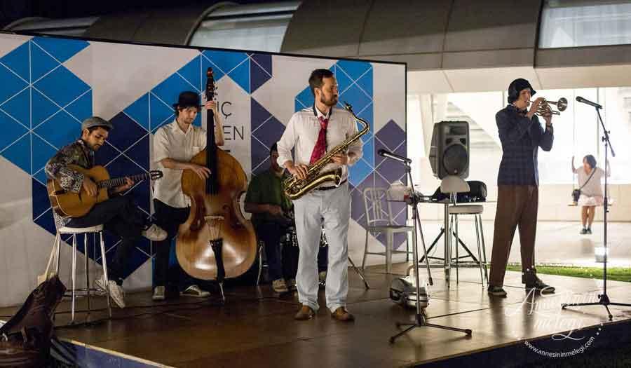 Akmerkez Üçgen Teras'ta ücretsiz olarak gerçekleşecek sinema geceleri, 12 Temmuz'da La La Land film gösterimi ile başlıyor. Akmerkez Üçgen Teras,La La Land,Swing,sinema günleri,Lindy Hoppers,dans gösterisi,Uninvited Jazz Band ücretsiz sinema ücretsiz etkinlik ücretsiz yaz sineması