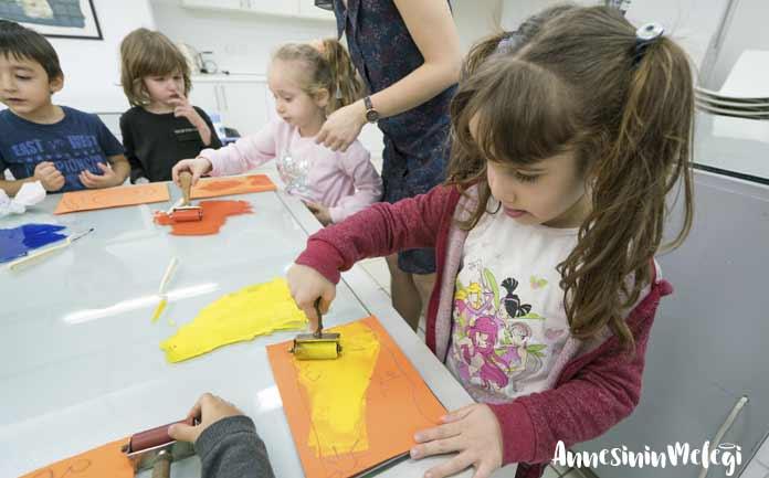 Çocukları sanatın büyülü dünyasıyla buluşturan Akbank Sanat, eğlenceli ve yaratıcı atölye çalışmalarına ev sahipliği yapmaya devam ediyor. Yıllardır sürdürdüğü çocuk atölyeleriyle bu konuda öncü kurumların başında gelen Akbank Sanat, Ocak ayında da dopdolu bir programla minikleri sanat yapmaya davet ediyor.